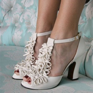 Ivory Bows T Strap Heels Sandales à talons chunky